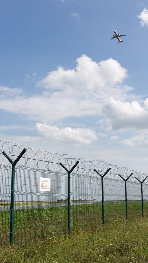 Flughafenzaun und die flachen Fliegen stockbilder