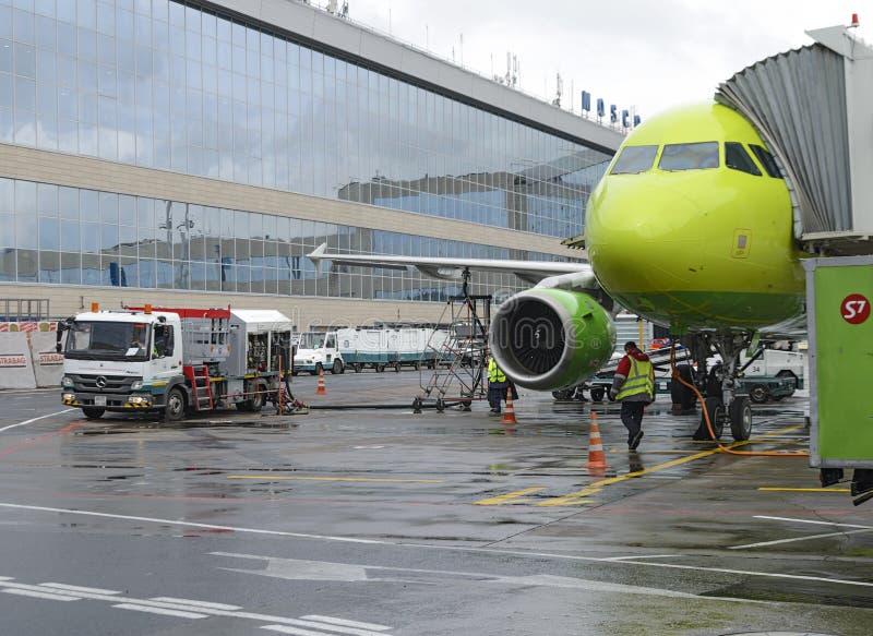 Fluglinien Airbusses A319 S7, die Flugzeuge wieder tanken stockfotografie
