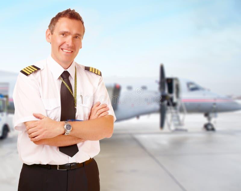 Fluglinienpilot am Flughafen stockbild