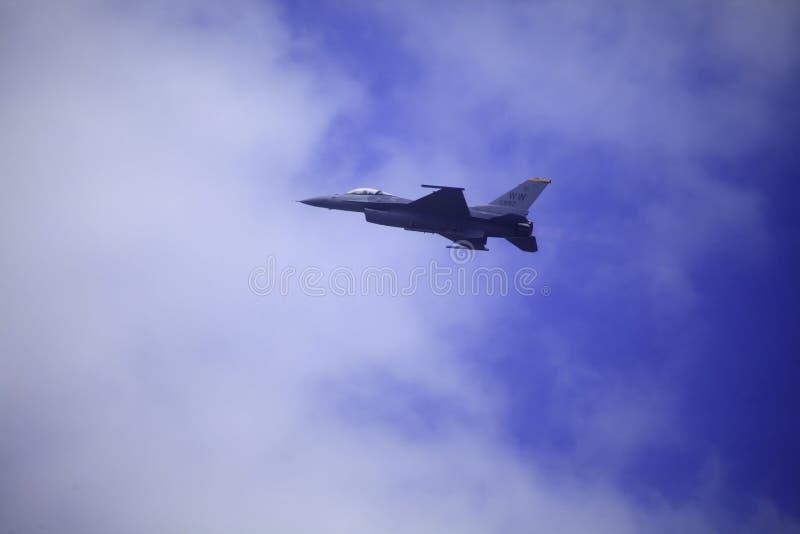 Flugor för F 16 på Kaneohe skäller airshow royaltyfri bild