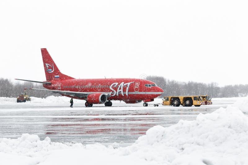 Flugplatz tauscht das Ziehen von Boeing 737-500 Aurora Airlines am Flughafen von Petropawlowsk-Kamchatsky (Yelizovo-Flughafen) ka lizenzfreie stockfotos