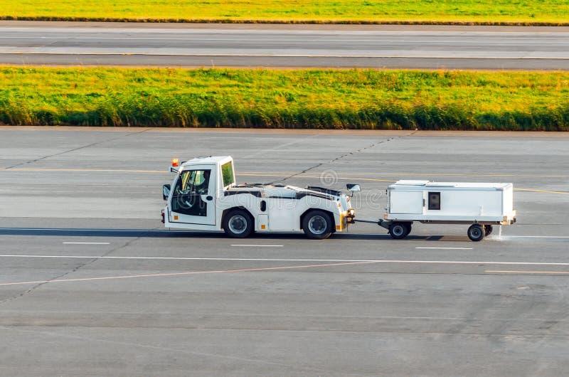 Flugplatzausrüstung für Transport des Trinkwassers für Flugzeuge lizenzfreies stockbild