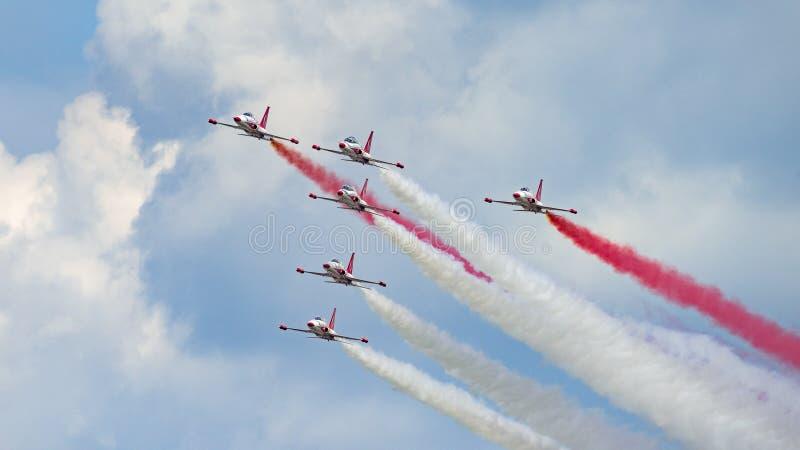 Flugschau Bukarests funkt internationale NEIGUNG, weißes Rot Polen-Flugschauteam stockfoto