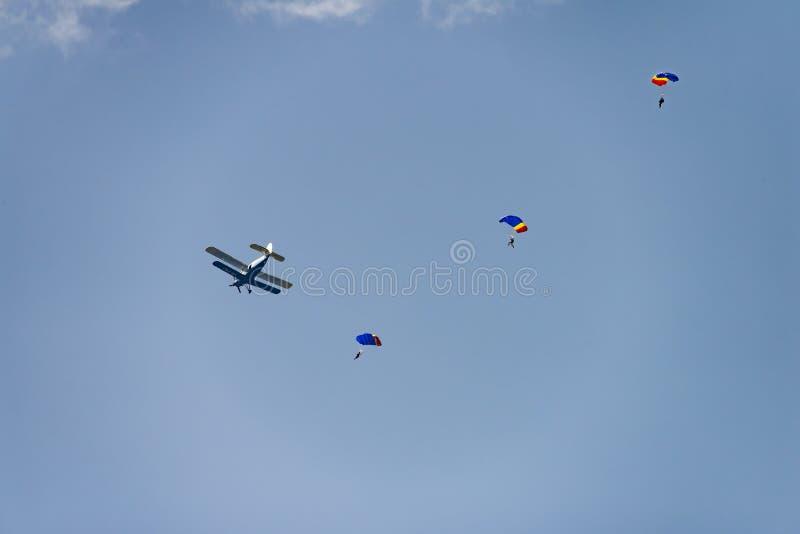 Flugschau Bukarests internationale NEIGUNG, Flugschau Bukarests internationale NEIGUNG, Fallschirmpulloverabhang von Antonow-Flug stockfotos