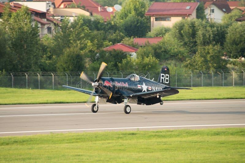 Flugschau Bukarests internationale NEIGUNG, MÖGLICHKEIT VOUGHT F4U-4 ` SEERÄUBER ` Fliegenstiere lizenzfreie stockbilder
