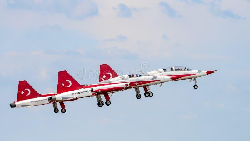 Flugschau Bukarests internationale NEIGUNG, türkische Luftwaffenteamdemonstration stockbilder