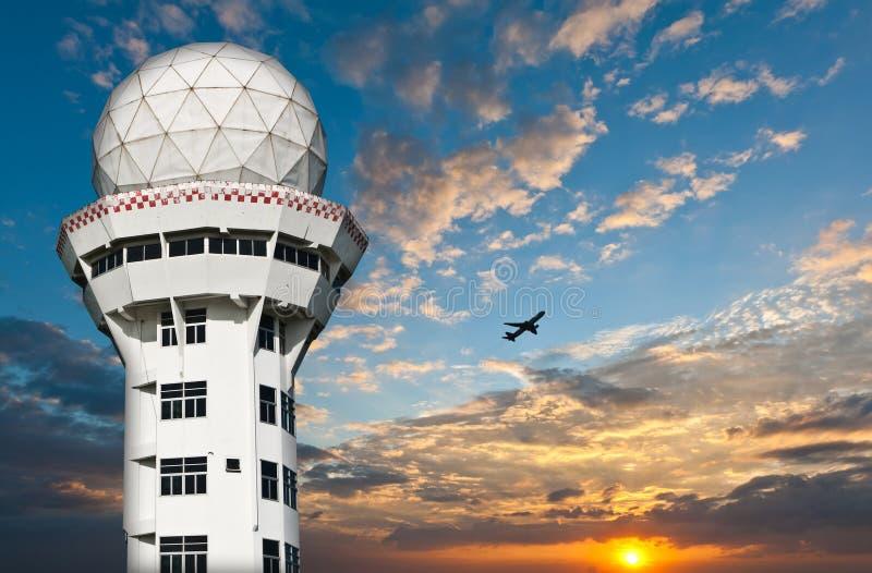 Flugsicherungkontrollturm mit Flugzeug stockfotos