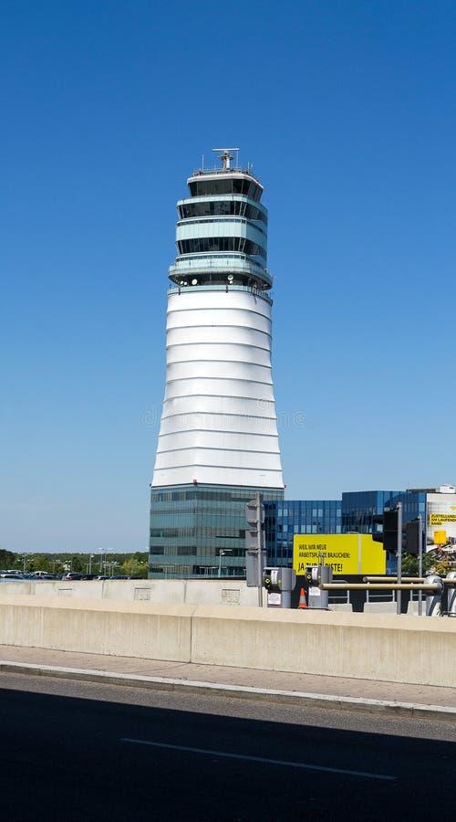 Flugsicherungsturm, internationaler Flughafen Wiens, Österreich stockfotografie