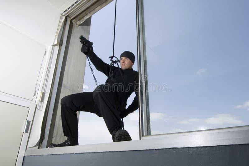 FLUGSMÄLLA Team Officer Hanging From Window arkivbild