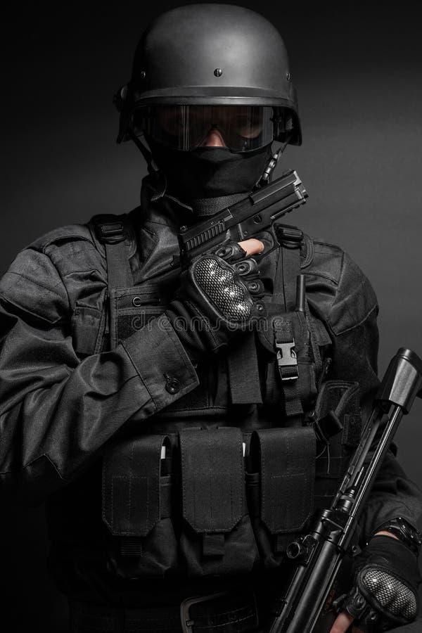 FLUGSMÄLLApolis med pistolen royaltyfri fotografi