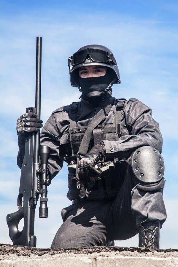 FLUGSMÄLLApolisprickskytt arkivfoto