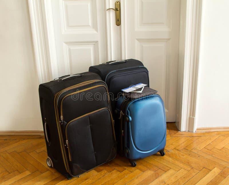 Flugticket, Pass und Gepäck stockbild