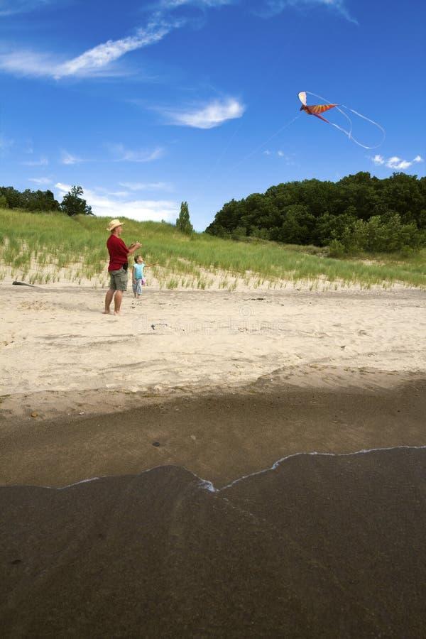 Flugwesen-Drachen auf dem Strand lizenzfreie stockfotografie