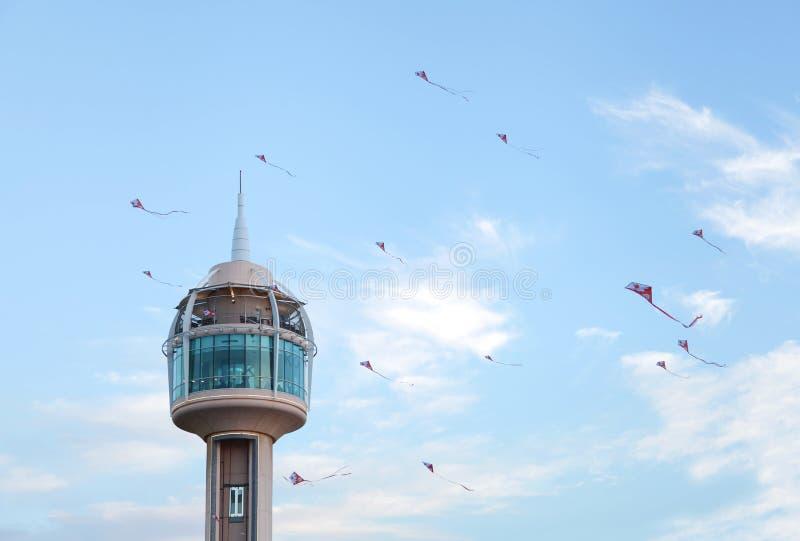 Flugwesendrachen an Bahrain-Nationaltag lizenzfreie stockbilder
