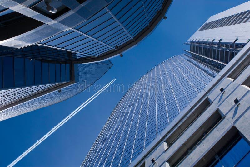 Flugwesenflugzeug und Bürohaus stockfotografie