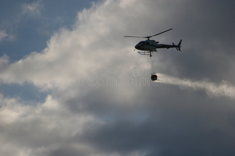 Flugwesenwasser gegen das Feuer lizenzfreies stockfoto