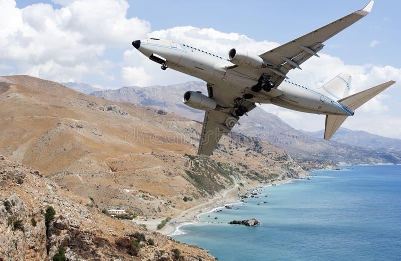 Flugzeug über Bergen stockfotografie