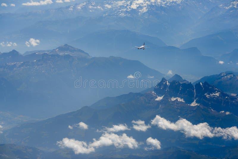 Flugzeug über dem Berg lizenzfreies stockfoto