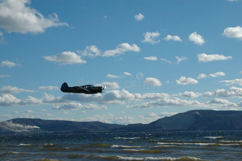 Flugzeug über dem Fluss lizenzfreies stockbild