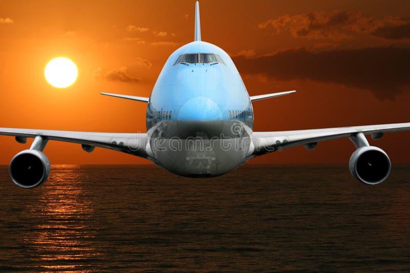 Flugzeug über dem Ozean stockbild