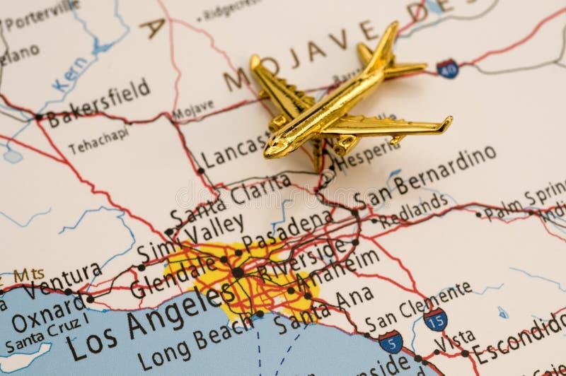 Flugzeug über Los Angeles lizenzfreie stockfotos