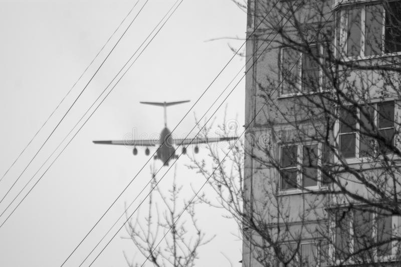 Flugzeug über Stadt lizenzfreie stockfotos