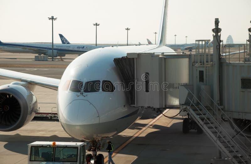 Flugzeug angeschlossen mit Jet-Brücke lizenzfreie stockbilder