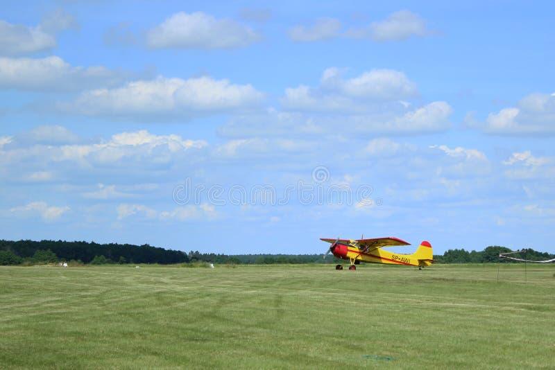 Flugzeug auf einer Rollbahn lizenzfreies stockfoto