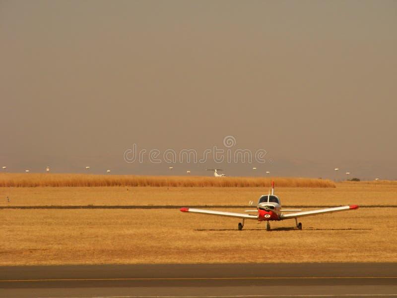 Flugzeug auf Feld stockfotografie