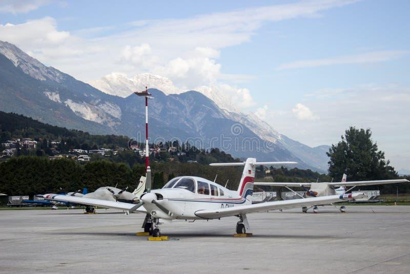 Flugzeug auf Flughafen von Salzburg lizenzfreies stockfoto