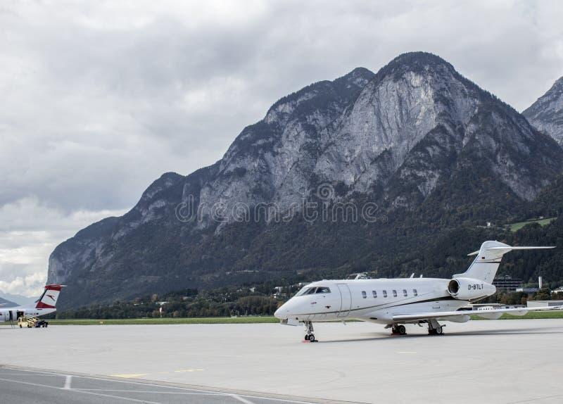 Flugzeug auf Flughafen von Salzburg stockbilder