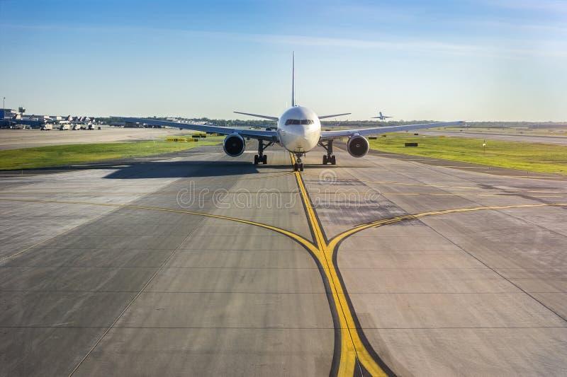 Flugzeug auf seiner Rollbahn am Flughafen stockbild