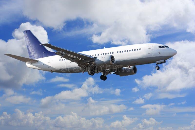 Flugzeug auf Wolken lizenzfreie stockbilder