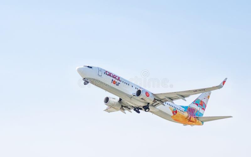 Flugzeug Boeing 737 im Himmel lizenzfreies stockbild