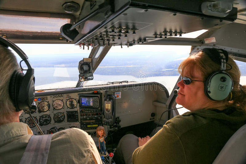 Flugzeug-Cockpit-Pilot und Passagier Alaskas Bush stockbild