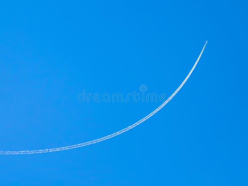 Flugzeug Contrail gegen klaren blauen Himmel lizenzfreie stockfotografie