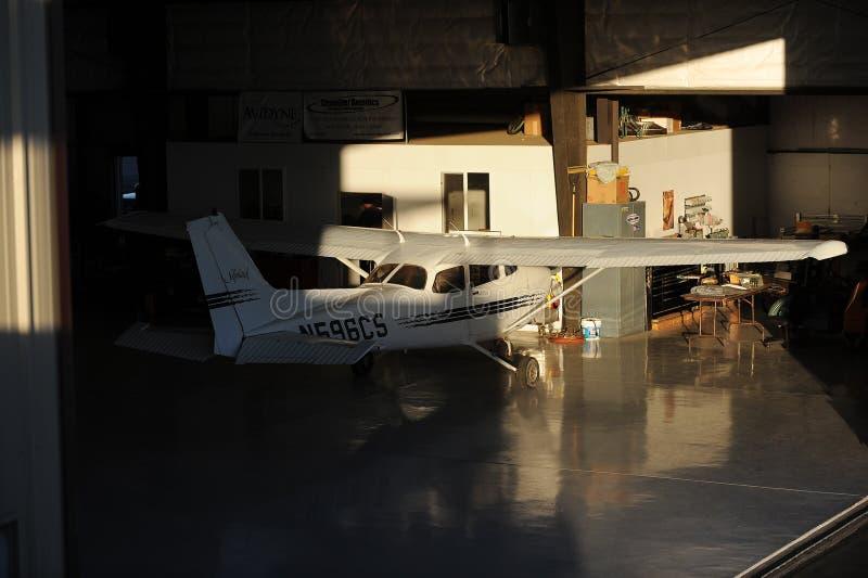 Flugzeug, das für Wartung instand gehalten wird lizenzfreies stockfoto
