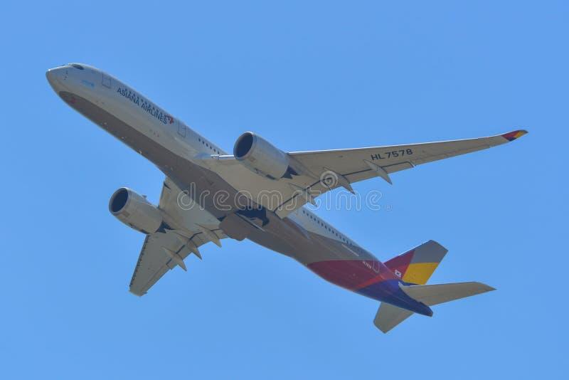 Flugzeug, das von Kansai-Flughafen sich entfernt stockfotos