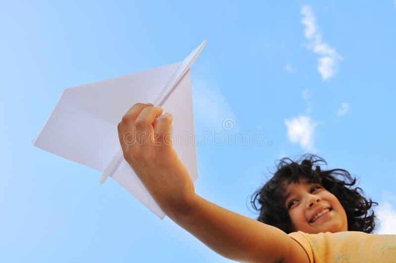 Flugzeug in der Hand des Kindes lizenzfreies stockbild