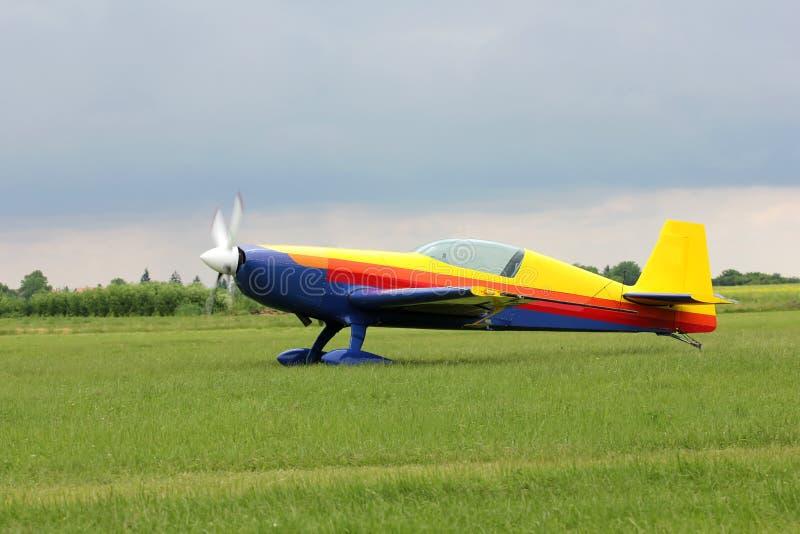 Flugzeug in drei Farben stockfoto