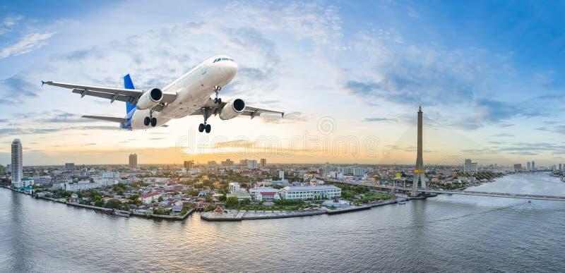 Flugzeug entfernen sich über der Szene der Panoramastadt in der Dämmerung lizenzfreie stockfotos