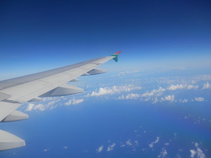 Flugzeug-Fenster-Ansicht von Pazifischem Ozean lizenzfreies stockfoto