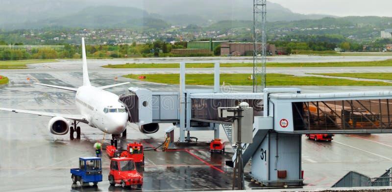 Flugzeug am Flughafen stockfotos