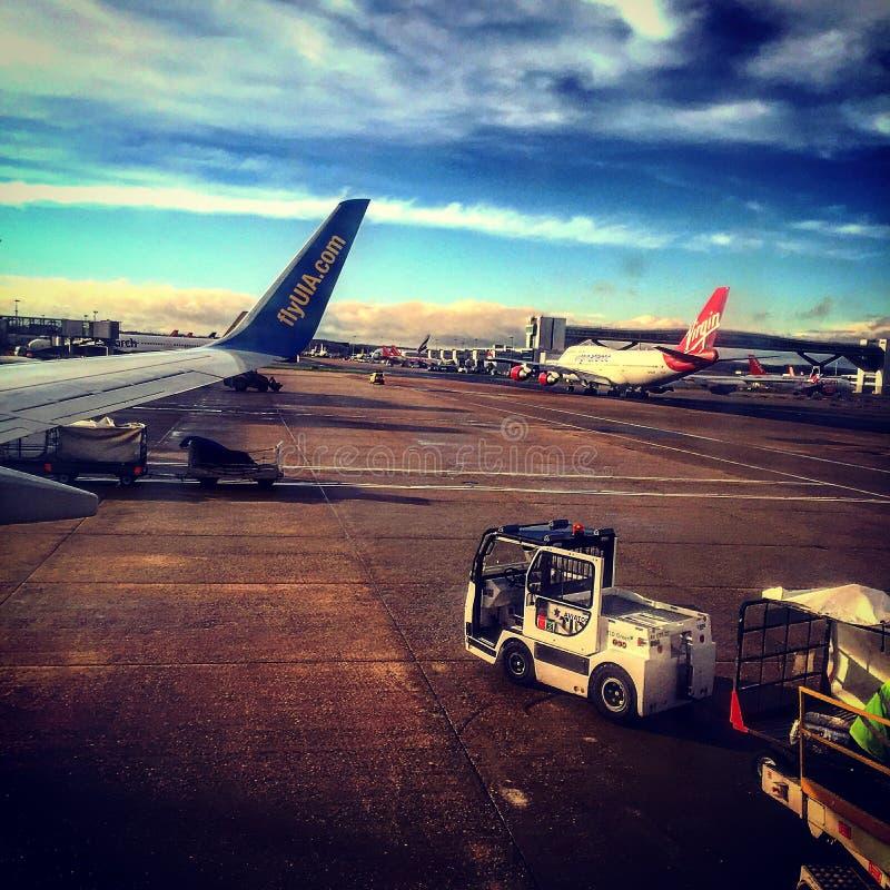 Flugzeug Flughafen-Gatwick Großbritannien lizenzfreie stockbilder