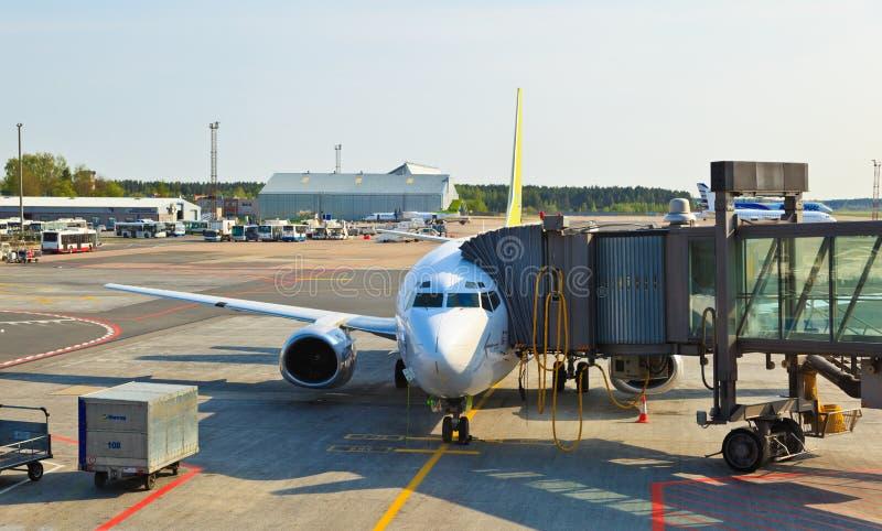 Flugzeug geladen in Riga-Flughafen lizenzfreie stockbilder
