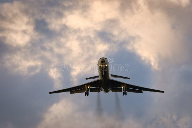 Flugzeug im Abendhimmel stockbilder