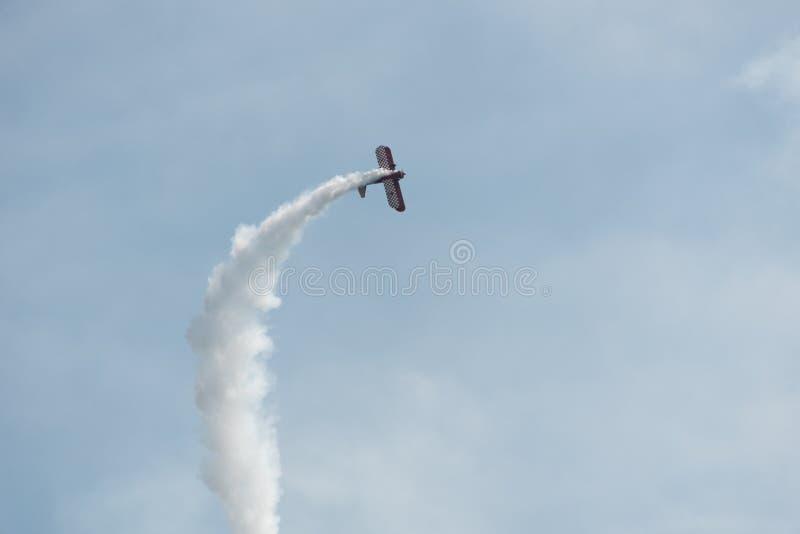 Flugzeug im Himmel an einem bewölkten Tag lizenzfreies stockfoto