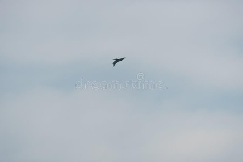 Flugzeug im Himmel an einem bewölkten Tag stockfotografie