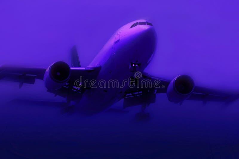 Flugzeug im Nebel lizenzfreie stockfotos