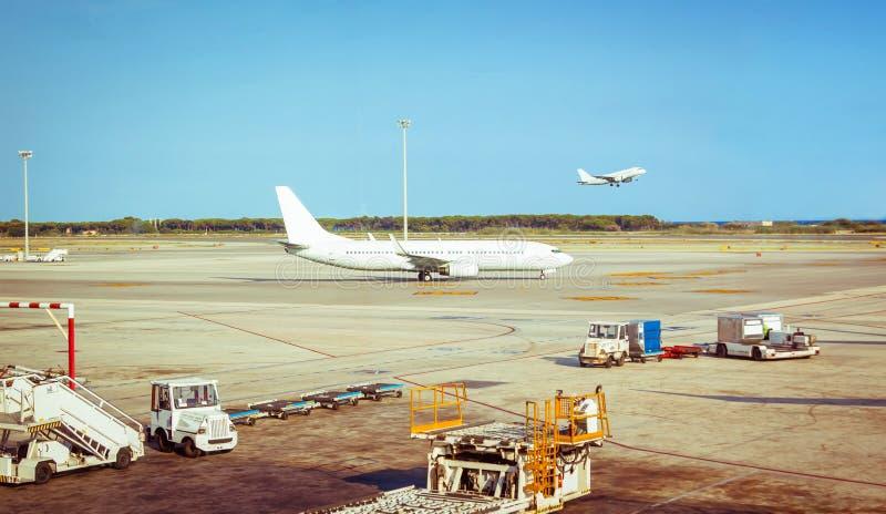 Flugzeug im Startstreifen bereit zum Flug und zum Flugzeug lizenzfreies stockfoto